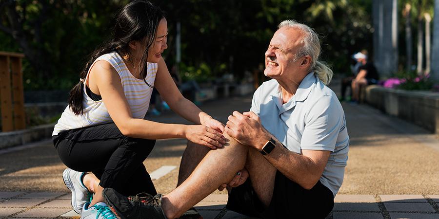 elderly man having a knee injury. best cbd cream for arthritis pain. buy cbd for pain.