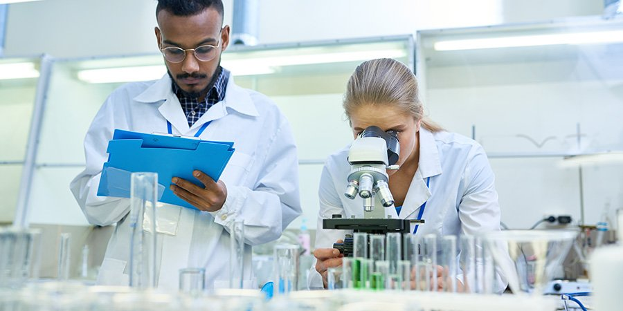 scientists working in a lab researching how to use cbd oil for nerve pain.